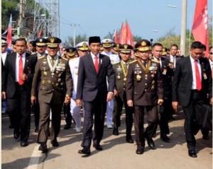 Presiden Jokowi didampingi Panglima TNI dan Kapolri berjalan kaki menuju lokasi HUT ke-72 TNI, di Cilegon, Banten, Kamis (5/10) pagi. (Foto: Setpres)