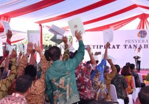 Presiden Jokowi menghitung sertfikat yang ditunjukkan rakyat, saat berkunjung ke Tanjung Selor, Kab. Bulungan, Kaltara, Jumat (6/10) siang. (Foto: Setpres)