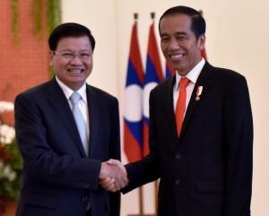 Presiden Jokowi bersalaman dengan PM Thongloun Sisoulith, di Istana Kepresidenan Bogor, Jawa Barat, Kamis (12/10). (Foto: Humas/Agung)