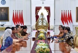 Presiden Jokowi menerima laporan Laporan Ikhtisar Hasil Pemeriksaan Semester I Tahun 2017 dari Pimpinan BPK, di Istana Merdeka, Jakarta, Selasa (10/10) pagi. (Foto: JAY/Humas)