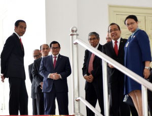 Presiden Jokowi bersama sejumlah menteri memperhatikan sesuai, di teras Istana Merdeka. (Foto: JAY/Humas)