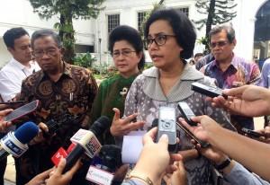 Menkeu menjawab pertanyaan wartawan usai melakukan rapat terbatas yang dipimpin oleh Presiden Joko Widodo (Jokowi), di Kantor Presiden, Jakarta, Kamis (19/10) siang. (Foto: Humas/Nia)