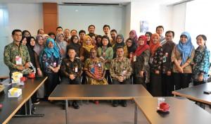 Asdep Naster Setkab Eko Harnowo beserta peserta Diklat Fungsional Penerjemah Tingkat Pertama  Angkatan VI berfoto bersama Acting Director Pusat Komunikasi PBB Eshila Maravanyika, di Jakarta, Kamis (5/10). (Foto: Rahmat/Humas)