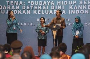 Presiden Jokowi saat menghadiri Puncak peringatan Hari Kesatuan Gerak PKK ke 45 dan Jambore Nasional Kader PKK Tahun 2017, di Hotel Mercure, Ancol, Jakarta, Senin (2/10) malam. (Foto: Humas/Jay)