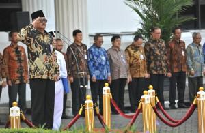 Deputi Bidang Administrasi Aparatur Kemensetneg, Cecep Sutiawan, memimpin upacara Hari Kesaktian Nasional, di lapangan parkir halaman kantor Kemensetneg, Jakarta, Senin (2/10) pagi. (Foto: Rahmat/Humas)