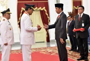 Presiden Jokowi saat melantik Sri Sultan Hamengku Buwono X dan KGPAA Paku Alam X sebagai Gubernur dan Wakil Gubernur Daerah Istimewa Yogyakarta periode 2017-2022 di Istana Negara, Jakarta, Selasa (10/10) sore. (Foto: Humas/Jay)