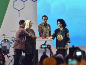 President Jokowi, accompanied by Health Minister, Cabinet Secretary, and Head of the BPOM, press the button to symbolically launch the National Campaign to Eradicate Illegal Drug and Drug Abuse at Bumi Perkemahan Wisata Cibubur East Jakarta, Tuesday, (3/10). (Photo by: Agung/Public Relations Division)