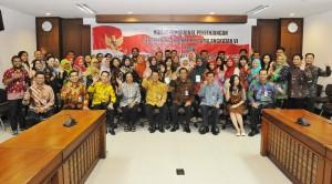 Deputi Bidang Dukungan Kerja Kabinet (DKK) Sekretaris Kabinet (Seskab) Yuli Harsono berfoto bersama peserta diklat penjenjangan penerjemah, di Gedung III Kementerian Sekretariat Negara, Jakarta, Kamis (12/10).