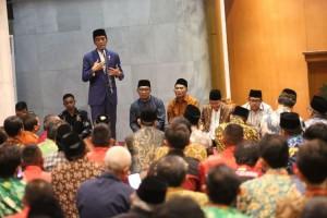 Presiden Jokowi saat bersilaturahmi dengan Keluarga Besar Jamiyyah Persatuan Islam (Persis), di Bandung, Jawa Barat, Selasa (17/10) malam