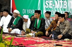 Presiden Jokowi saat di Pondok Pesantren se Provinsi Nusa Tenggara Barat (NTB), di ponpes Qamarull Huda Bagu, Kec. Pringgarata, Kab. Lombok Tengah NTB, Kamis (19/10) malam. (Foto: Humas/Rahmat)