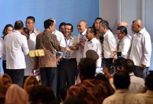 Presiden Jokowi berbincang dengan sejumlah pengurus KADIN pada penutupan Rakornas KADIN 2017, di di Ballroom, Hotel Ritz Carlton, Mega Kuningan, Jakarta Selatan (3/10) malam. (Foto: JAY/Humas)