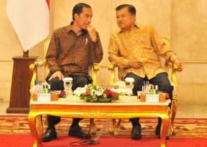 Presiden Jokowi dan Wakil Presiden Jusuf Kalla berbincang sebelum sidang kabinet paripurna, di Istana Negara, Jakarta, Senin (2/10) siang. (Foto: Rahmat/Humas)