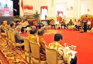 Presiden Jokowi memberikan arahan pada sidang kabinet paripurna, di Istana Negara, Jakarta, Senin (2/10) siang. (Foto: Rahmat/Humas)