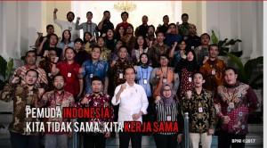 Presiden Jokowi bersama wartawan saat pengambilan video peringatan sumpah pemuda di Istana Merdeka, Jakarta, Jumat (27/10).