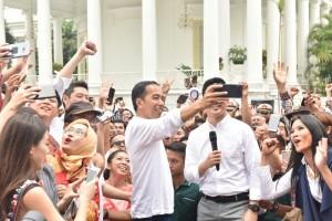 Presiden Jokowi menyempatkan melakukan swafoto dalam acara peringatan sumpah pemuda di halaman Istana Kepresidenan Bogor, Jawa Barat, Sabtu (28/10). (Foto: Humas/Fitri)