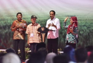 Presiden Jokowi berdialog dengan warga usai menyerahkan 5.100 seritifikat, di Desa Muruy, Kecamatan Menes, Kabupaten Pandeglang, Provinsi Banten pada Rabu (4/10) sore. (Foto: JAY/Humas)