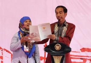 Presiden Jokowi berdialog dengan warga saat penyerahan 10.000 sertifikat, di Presiden Joko Widodo (Jokowi) menyerahkan 10.100 Sertifikat Tanah untuk rakyat di wilayah Kota Tangerang, Kabupaten Tangerang, dan Kota Tangerang Selatan, di Lapangan Bola Puspitek,Tangerang Selatan, Banten, Rabu (11/10) siang. (Foto: Rahmat/Humas)