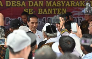President Jokowi meets with village heads and farmers in Banten Province in Muruy Village, Menes District, Pandeglang Regency, Banten, Wednesday (4/10). (Photo by: Public Relations Division/Jay)