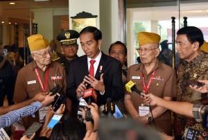 Presiden Jokowi menjawab pertanyaan wartawan usai menghadiri Penutupan Kongres XI Legiun Veteran Republik Indonesia Tahun 2017 di Hotel Borobudur, Jakarta, Kamis (19/10) siang. (Foto: Humas/Jay)
