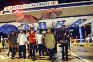 Presiden Jokowi didampingi Seskab dan menteri terkait saat meresmikan Tol Palindra di Desa Pegayut, Kecamatan Pemulutan, Kabupaten Ogan Ilir (OI), Sumatra Selatan (Sumsel), Kamis (12/10). (Foto: BPMI)