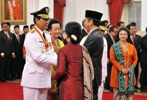 Presiden Jokowi memberikan ucapan selamat kepada Gubernur dan Wakil Gubernur yang baru dilantik di Istana Negara, Selasa (10/10). (Foto: Humas/Jay)