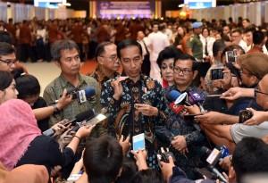 Presiden Jokowi menjawab wartawan usai membuka Rakernas Walubi, di JI Expo Kemayoran Jakarta, Kamis (26/10) pagi. (Foto: Jay/Humas)