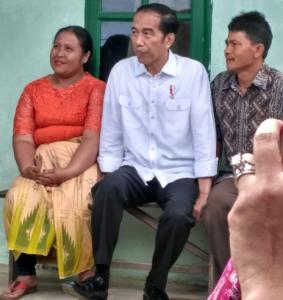 Presiden Jokowi berbincang dengan warga pengungsi Gunung Sinabung, di Kab. Karo, Sumatera Utara, beberapa waktu lalu. (Foto: Setpres)