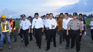 Menhub saat melakukan peninjauan ke lokasi pembangunan kereta api Trans-Sulawesi di Kabupaten Barru, Sulawesi Selatan, Jumat (27/10). (Foto: Kemenhub)