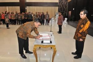 Kepala Sekretariat UKP PIP Beben Hurmansyah menandatangani Pakta Integritas di hadapan Kepala UKP PIP Yudi Latif disaksikan Seskab Pramono Anung, di aula Gedung III Kemensetneg, Jakarta, Selasa (3/10) sore. (Foto: Deny S/Humas)