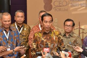 Presiden Jokowi menjawab pertanyaan wartawan usai menghadiri Pembukaan Kompas 100 CEO Forum, di Hotel Raffles, Kuningan, Jakarta, Rabu (29/11). (Foto: Humas/Jay)
