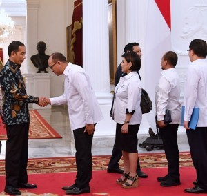 President Jokowi receives Chairman of Indonesian Chamber of Commerce and Industry Rosan Roeslani at the Presidential Palace on Thursday (26/10). (Photo: BPMI)