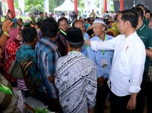 Presiden Jokowi saat acara Penyerahan SK Perhutanan Sosial, di Lapangan Kantor Desa Wonoharjo, Kabupaten Boyolali, Jawa Tengah, Sabtu (4/11). (Foto: BPMI)