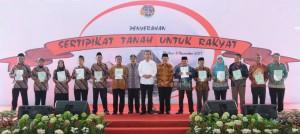 Presiden saat serahkan sertifikat kepada perwakilan masyarakat yang hadir di Alun-Alun Mejayan, Kabupaten Madiun, Provinsi Jawa Timur, Senin (6/11). (Foto: BPMI)