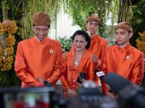Presiden Jokowi didampingi Ibu Negara Iriana saat memberikan keterangan kepada pers di Surakarta, Selasa (7/11). (Foto: BPMI)