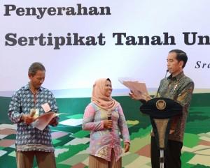 Presiden Jokowi saat acara Penyerahan Sertifikat Tanah untuk Rakyat di Stadion Taruna, Kabupaten Sragen, Selasa (7/11). (Foto: BPMI)