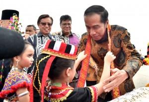 Presiden Jokowi mendapatkan kalungan selendang dari anak-anak setibanya di Bandar Udara (bandara) Internasional Kuching, Malaysia, Rabu (22/11) pukul 09.30 Waktu Setempat (WS) atau 08.30 WIB. (Foto: BPMI)
