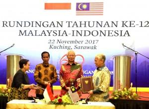 Presiden Jokowi dan PM Najib menyaksikan penandatanganan kerja sama yang dilakukan oleh para menteri kedua negara di Kuching, Malaysia, Rabu (22/11). (Foto: BPMI)