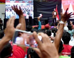 President Jokowi during a meeting with Indonesian citizens in Sarawak at Perpaduan Stadium, Kuching Sarawak, Malaysia, Wednesday, (22/11). (Photo by: Bureau of Press and Media)