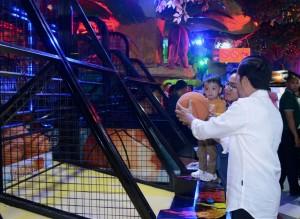 Presiden Jokowi saat bersama anak dan cucu mengunjungi Sun Plaza pusat perbelanjaan yang berlokasi di kawasan Medan Polonia, Kota Medan, Jumat (24/11). (Foto: BPMI)