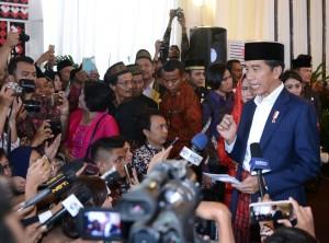 Presiden Jokowi saat menyampaikan keterangan kepada pers di Bukit Hijau Regency, Taman Setia Budi Indah, Kota Medan, Provinsi Sumatra Utara, Sabtu (25/11). (Foto: BPMI)