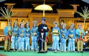 Presiden Jokowi saat   menghadiri Peresmian Pembukaan Festival Keraton Nusantara XI, yang digelar di Istana Maimun, Kota Medan, Provinsi Sumatra Utara, Minggu (26/11) malam. (Foto: BPMI).