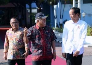 President Jokowi is in conversation with Minister of Public Works and Public Housing Basuki Hadimuljono before heading to Madiun, East Java on Monday (6/11)