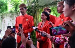 President Jokowi accompanied by First Lady Ibu Iriana and his sons responds to reporters' questions at the President's private residence in Solo, Central Java, on Tuesday (7/11)