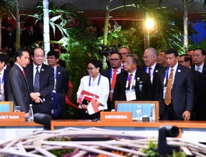 Presiden Jokowi saat menghadiri KTT Asia Timur-ASEAN di Manila, Filipina, Selasa (14/11).