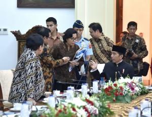Setkab Pramono Anung berbincang dengan sejumlah menteri sebelum rapat terbatas di Istana Bogor, Jabar, Kamis (16/11) siang. (Foto: Agung/Humas)