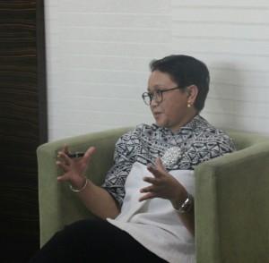 Menlu Retno Marsudi menyampaikan keterangan kepada wartawan di Hotel Diamond, Manila, Filipina, Minggu (12/11) siang. (Foto: Humas/Said)
