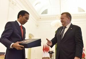 Presiden Jokowi menerima sebuah buku dari PM Denmark Lars Løkke Rasmussen, seusai keduanya melakukan konferensi pers bersama, di Istana Kepresidenan, Bogor, Jabar, Selasa (28/11) siang. (Foto: OJI/Humas)