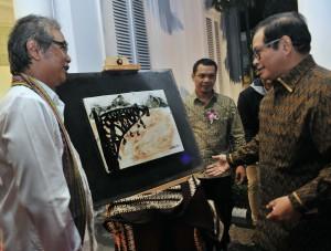 Seskab Pramono Anung saat meninjau Pameran Seni Keramik Butet Kertaredjasa di Galeri Nasional, Jakarta Pusat, Kamis (30/11) malam. (Foto: Humas/Rahmat).