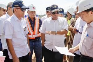 Menteri PUPR Basuki Hadimuljono saat meninjau pembangunan jalan tol Pemalang-Batang, Jateng, Minggu (5/11). (Foto: IST)