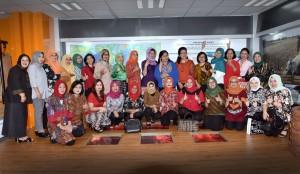 Ketua dan Wakil Ketua DWP Setkab berfoto bersama seluruh peserta Rapat HUT ke-18 DWP, di Pramuka, Jakarta, Selasa (14/11)